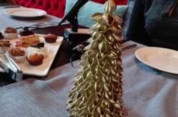 Ръчно изработена Коледна елхичка от децата, направена е от макарони