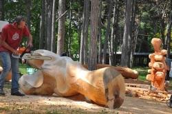 Скулптури творят с вдъхновение и отдаденост в курорта Св.Св. Константин и Елена (СНИМКИ)