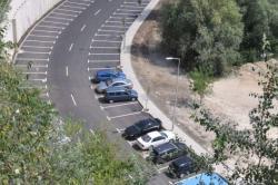 Паркирането напречно от двете страни на трасето са преминаване