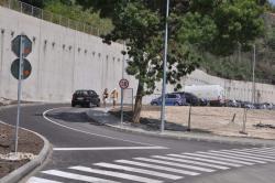 Атомобилите преминават край стената на противоерозионното укрепване